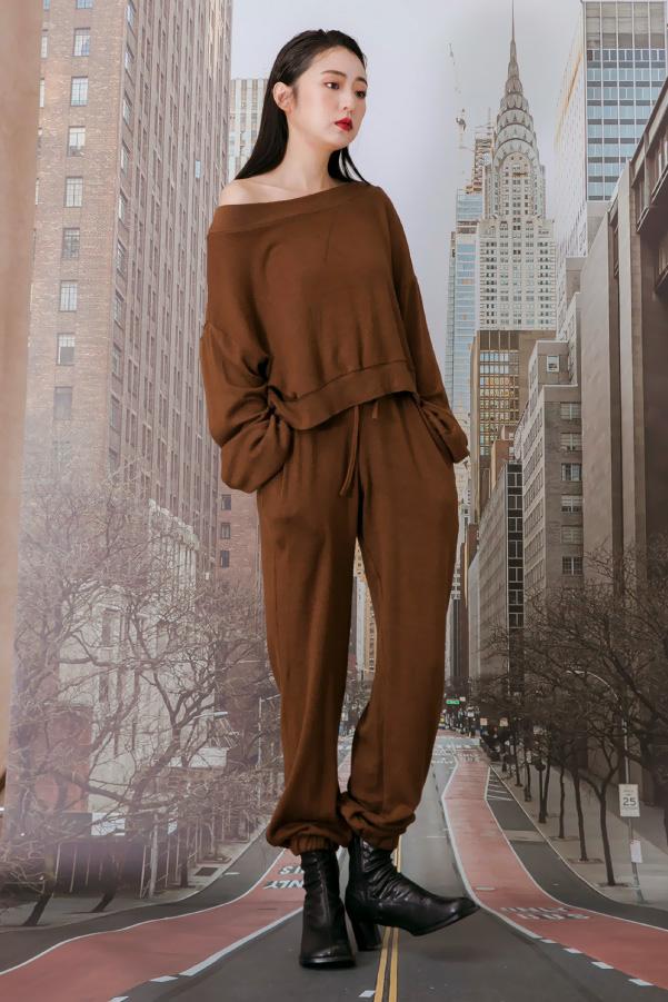 運動風推薦大圓領小露肩上衣+抽繩縮口褲兩件式休閒套裝